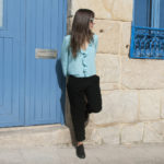 blusa azul e pantalón chino negro