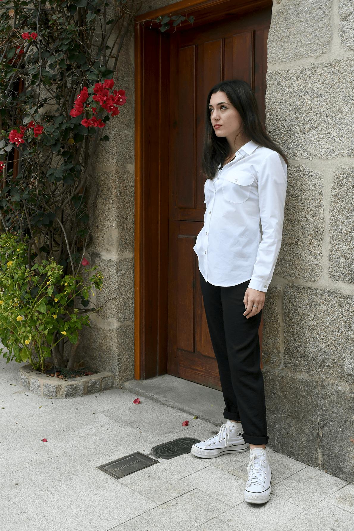 blusa blanca e pantalón negro
