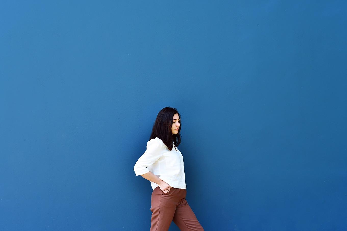 pantalón marrón e blusa branca