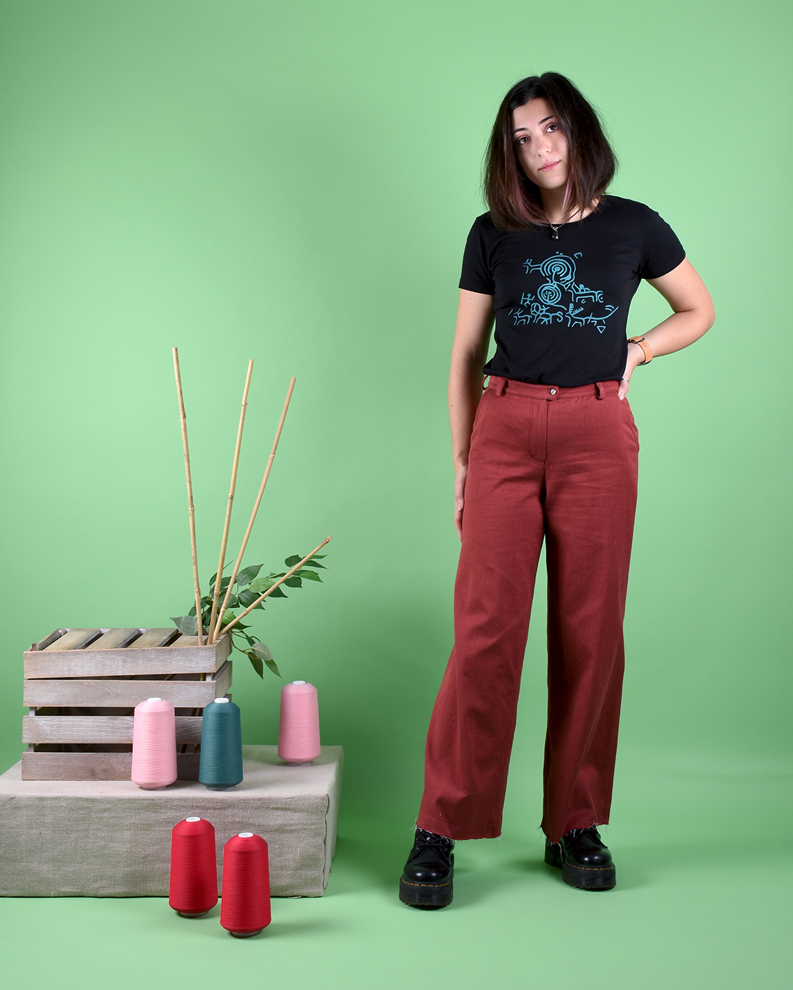 camiseta_negro_pantalon_granate_cmn